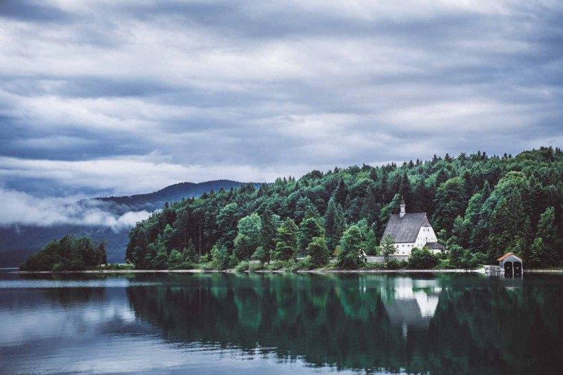 Immer noch eine dicke Wolkendecke am Walchensee
