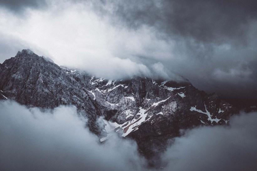 Der Gipfel der Zugspitze von Wolken verhüllt