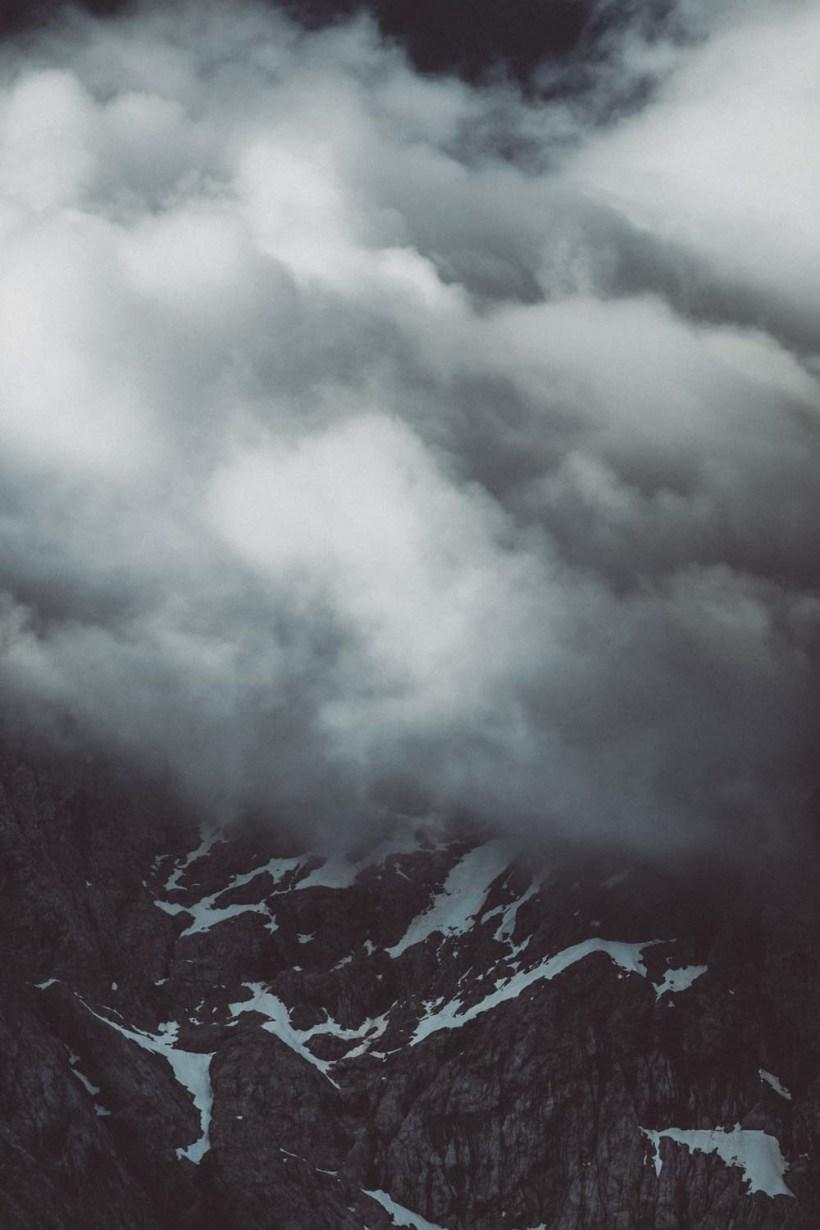 Die Wolken haben den Gipfel eingenommen