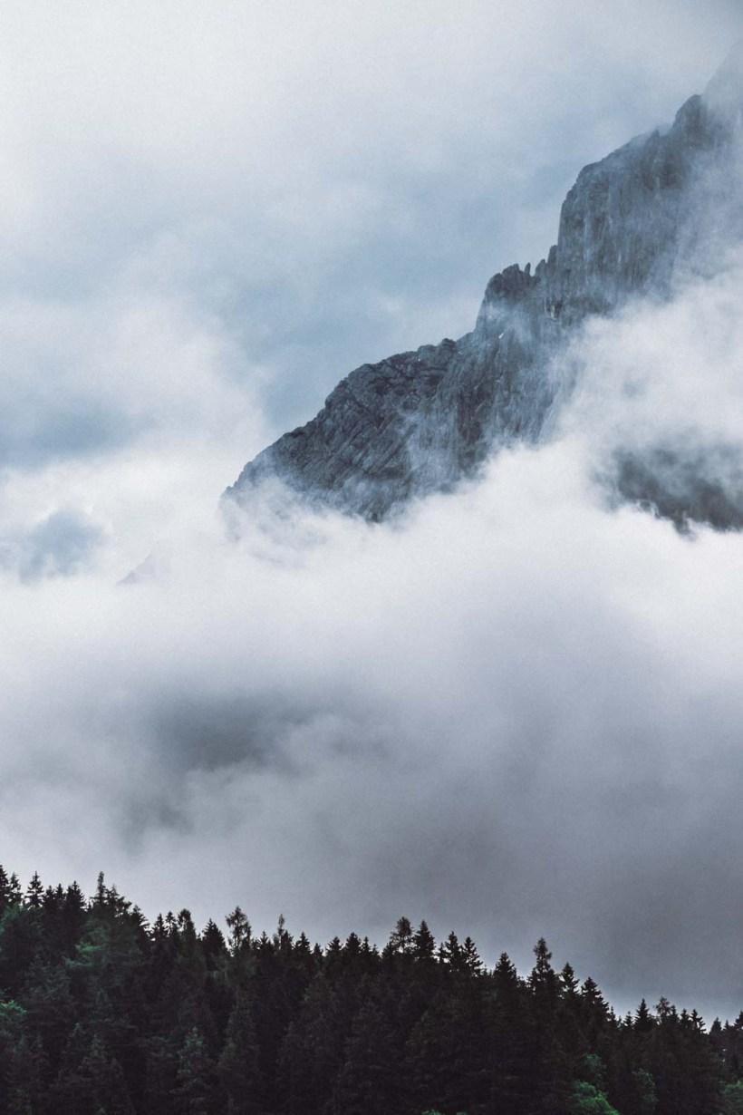 Wolken schieben sich in das Gebiet rund um die Eibsee