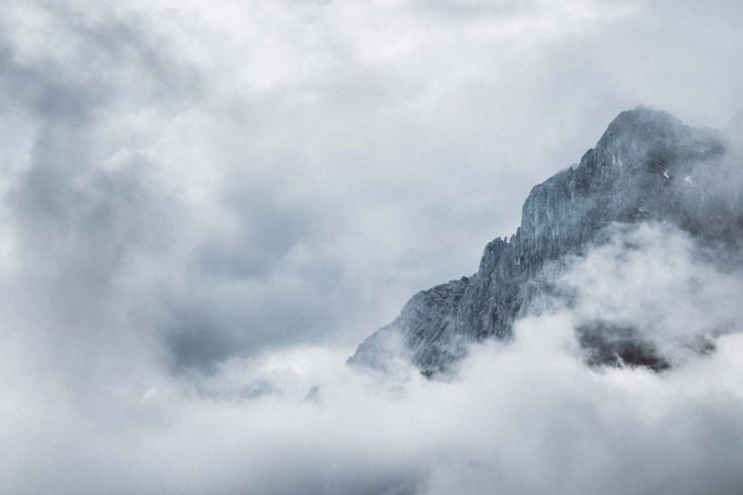 Die Gipfel rund um die Zugspitze wurden von den Wolken förmlich verschlungen
