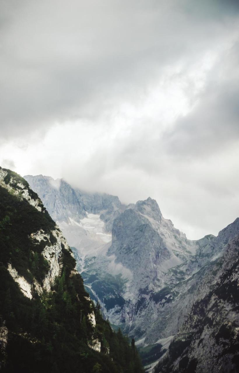 Auf dem Weg zur Alpspitze eröffnet sich der Blick zur Zugspitze und dem darunter gelegenen Zugspitzblatt