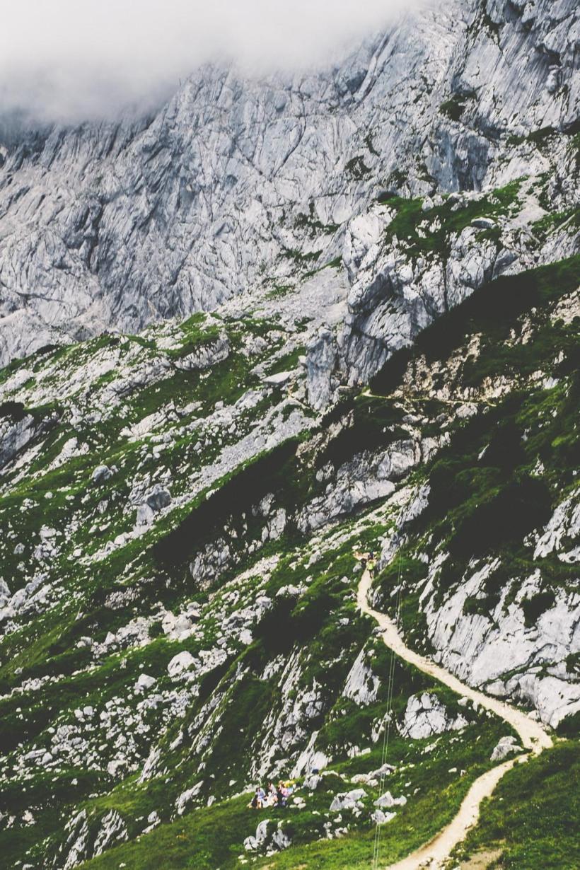 Die Wanderwege schlängeln sich durch das Gebirge