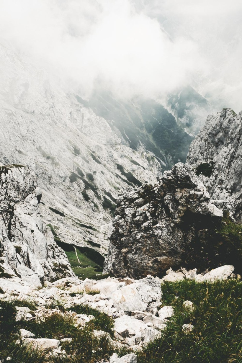 Der Blick hinab ins wolkenverhangene Höllental
