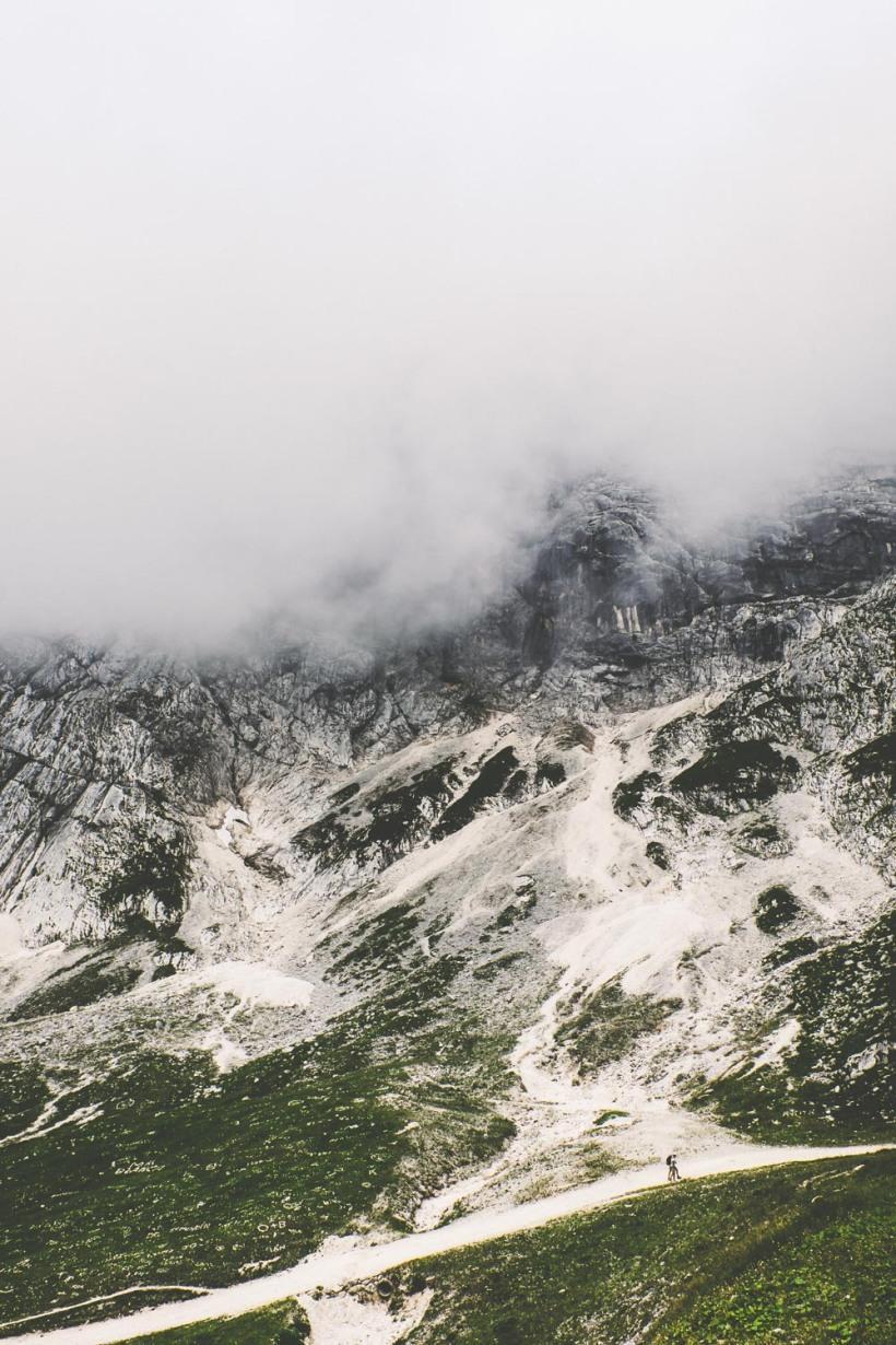 Die Bergflanken verschwinden in den Wolken. Der Weg führt steil bergauf.