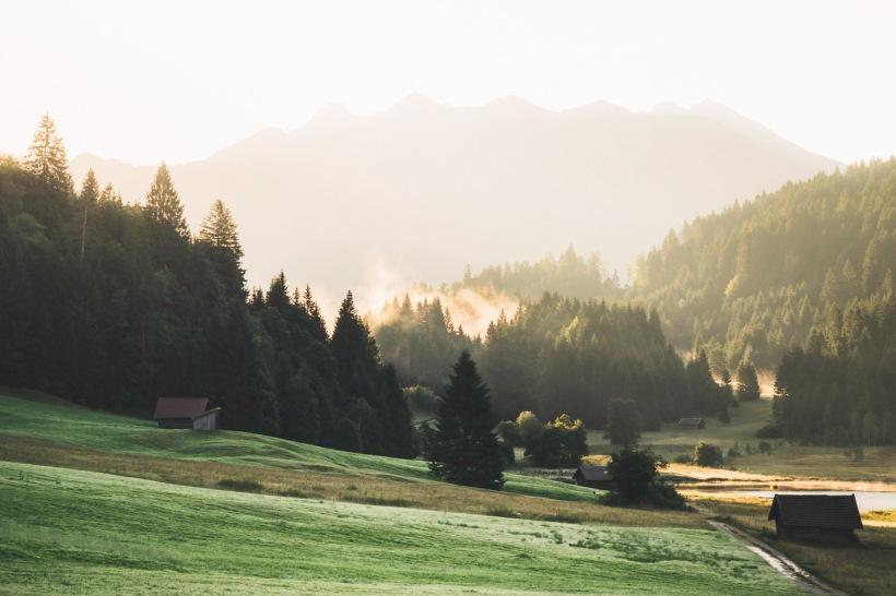Blick auf die sanften Hügel oberhalb des Sees