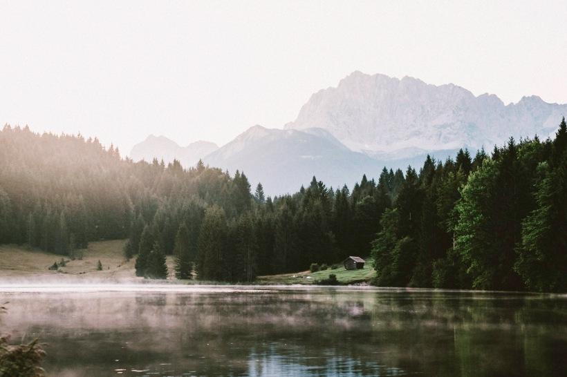 Nebel zieht über den See