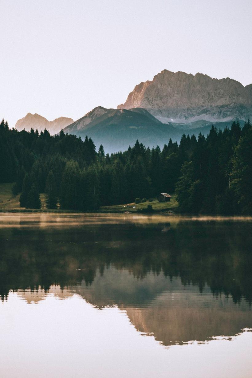 Die Morgensonne taucht die Berge in weiches und sanftes Licht