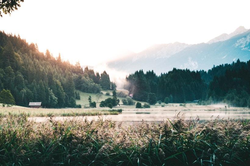 Die Sonne steigt die Hügel entlang