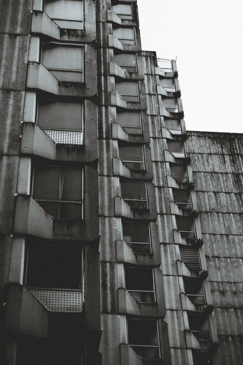 Treppenaufgänge reihen sich dominiert vom Grau aneinander