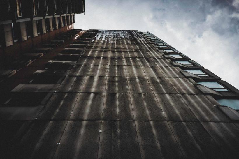 Graue Fassaden unter grauem Himmel