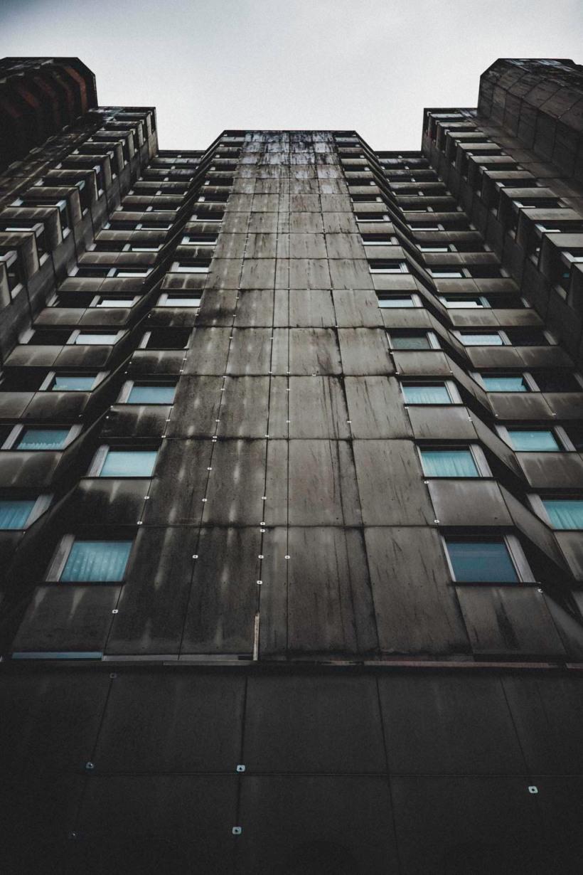 Graue Symmetrie unterbrochen von einem geöffneten Fenster