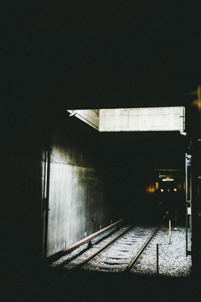 Die einfahrende U-Bahn durchbricht die Dunkelheit.