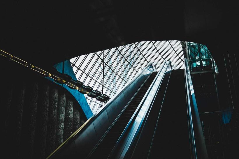 Tageslicht fällt die Rolltreppen hinab auf den Bahnsteig