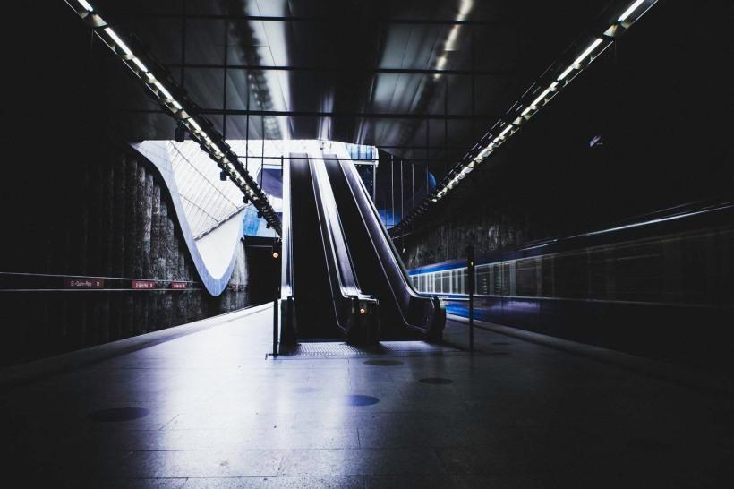 Die U-Bahn verlässt die Station ins Dunkel der Tunnel