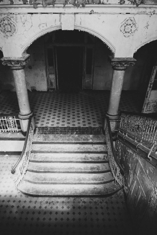 Der Blick hinab in den Eingangsbereich. Die Treppenstufen sind flach und breit.