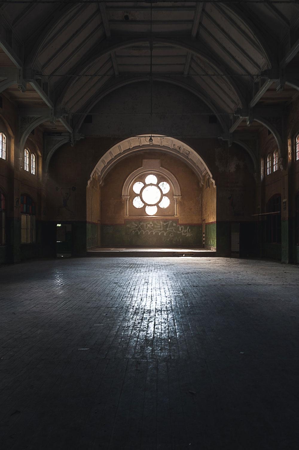 Licht fällt durch das große Fenster in den alten Speisesaal