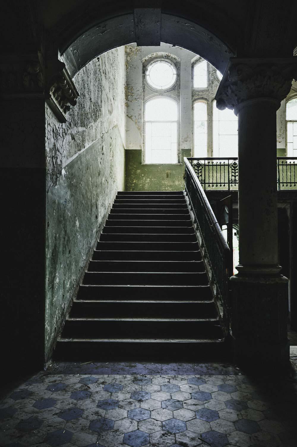 Das Licht fällt aus dem Treppenhaus langsam und sanft die Stufen hinab in das Erdgeschoss.