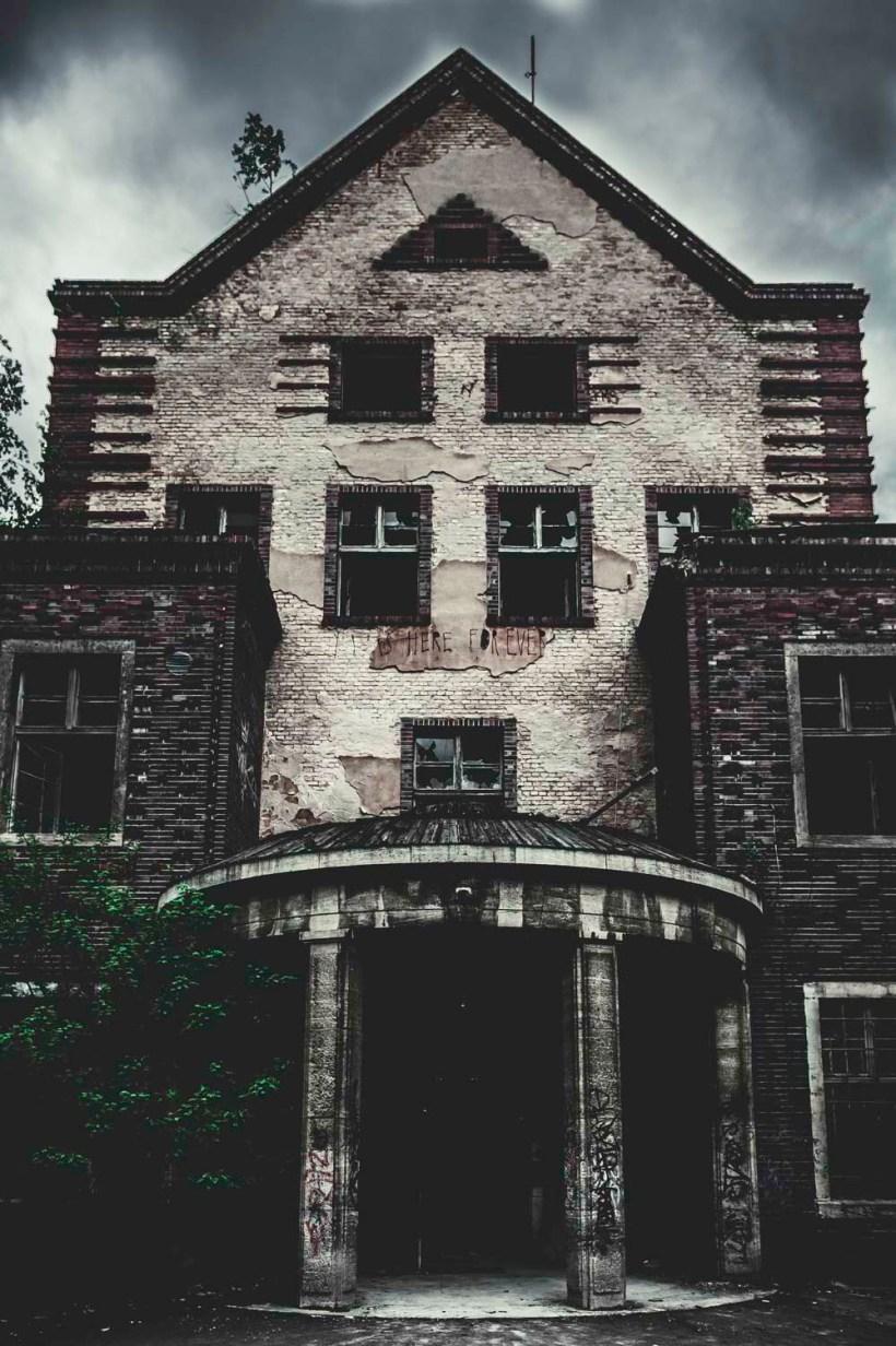 Zerschlagene Fenster und Bewuchs kennzeichnen das Gebäude der Chirurgie