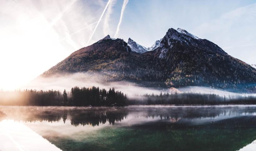 """Panorama des Hintersees und Hochkaltergebirges. Die """"Furche"""" des Bergsturzes ist sehr gut zu erkennen."""