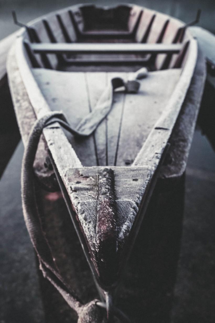 Das mit Reitbedeckte Boot liegt ruhig am Steg. Der Reif verleiht dem Holz zusätzlich noch mehr Charakter.