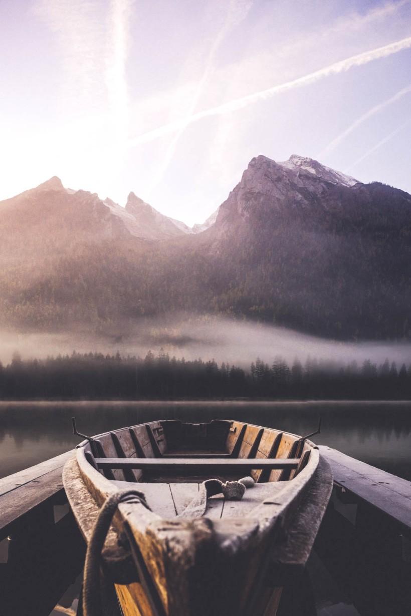 Die gewünschte Komposition aus Boot und Bergen. Das Licht und die Nebelschwaden sorgen für ein tolle Atmosphäre.