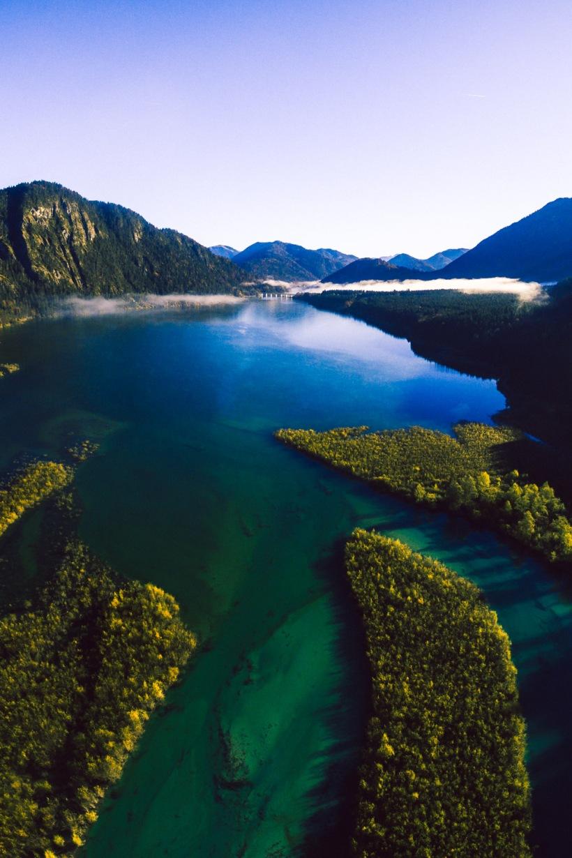 ie Flussarme der Isar münden in den Stausee. Die Farben des Wassers sind unglaublich kräftig.