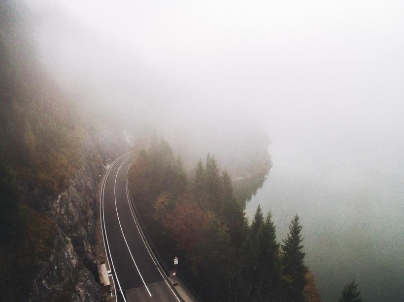 Auch in der anderen Richtung ein ähnliches Bild. Nebel verhüllt die Straße entlang der steilen Hänge.