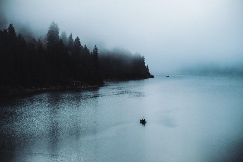 Angler in mitten des Sees. Der Nebel sorgte für eine sehr mystische Stimmung.