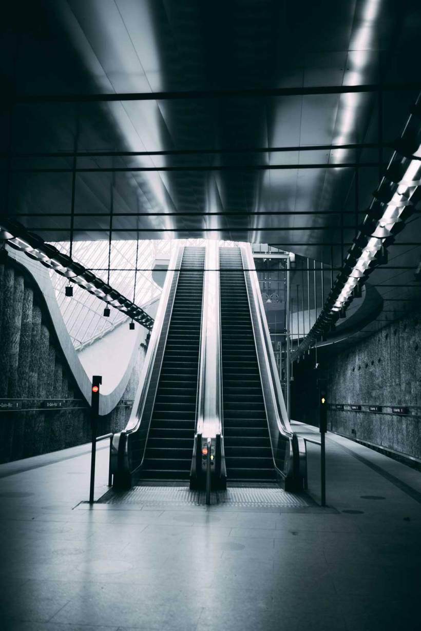 Die Rolltreppen führen hinunter auf den mit Tageslicht durchfluteten Bahnsteig.