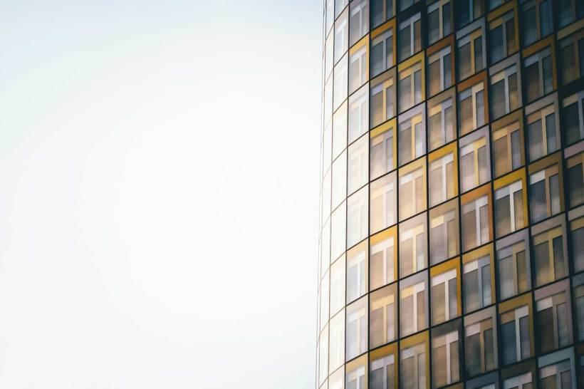 Die bunte Fassade des Gebäudes leuchtet in der Abendsonne.