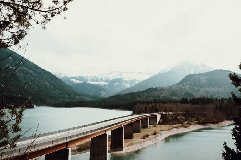 Der Sylvensteinsee und seine markante Brücke.
