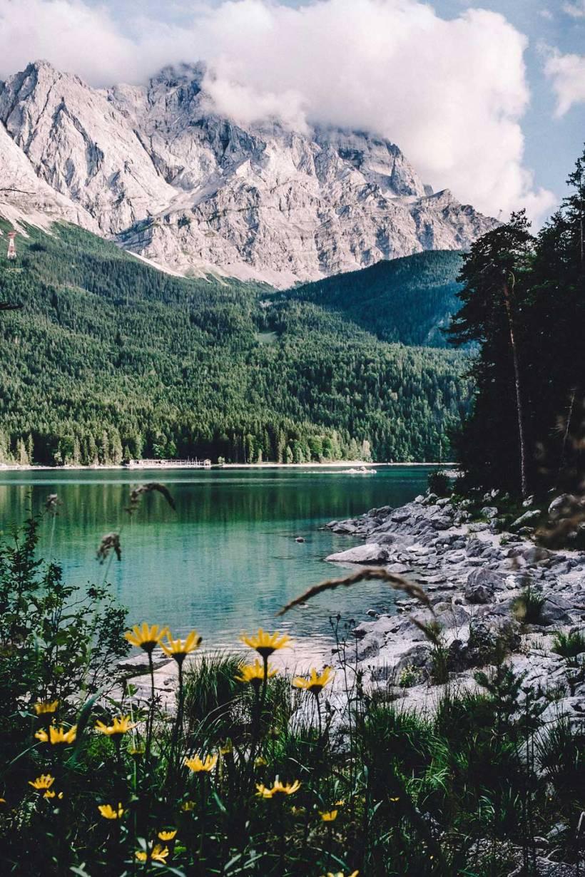 Der Sommer in den Bergen. Wolken stauen sich an den Gipfeln rund um die Zugspitze.