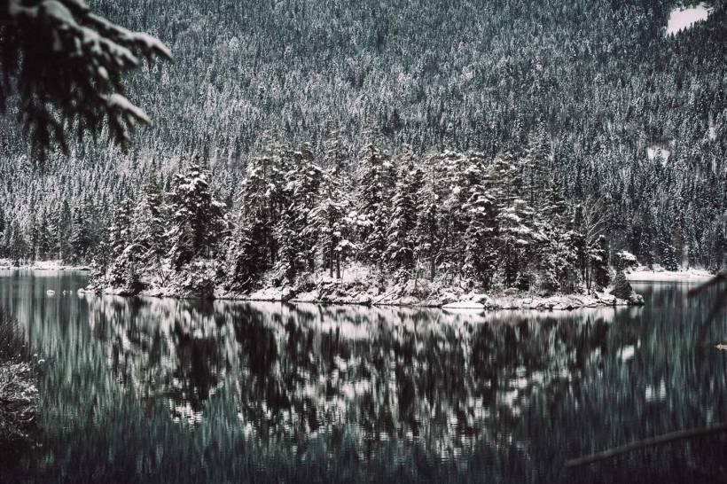 Der Blick über den Eibsee auf die schneebedeckte Sassensinsel.