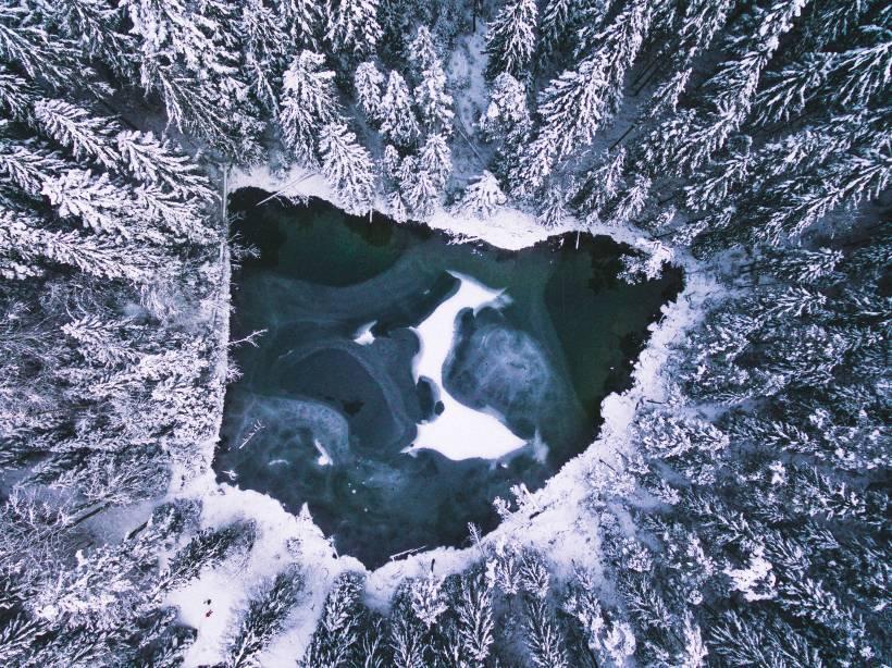 Der Steinringpriel am Eibsee von oben. Dieses mal fast zugefroren und umringt von schneebedeckten Bäumen.