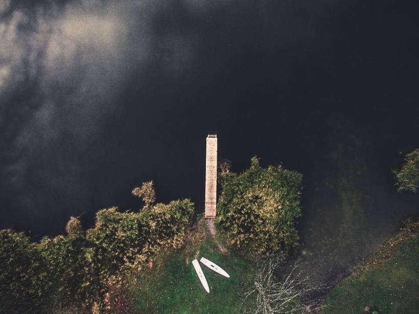 Der Steg ragt tief in den Geroldsee hinein.