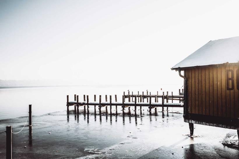 Ein Bootshaus am gefrorenen Ufer des Starnberger Sees.