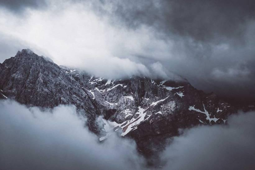 Der Gipfel der Zugspitze ist oft von dicken Wolken verdeckt.