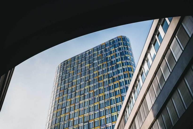 Der Blick nach oben auf das Hochhaus der ADAC Zentrale.