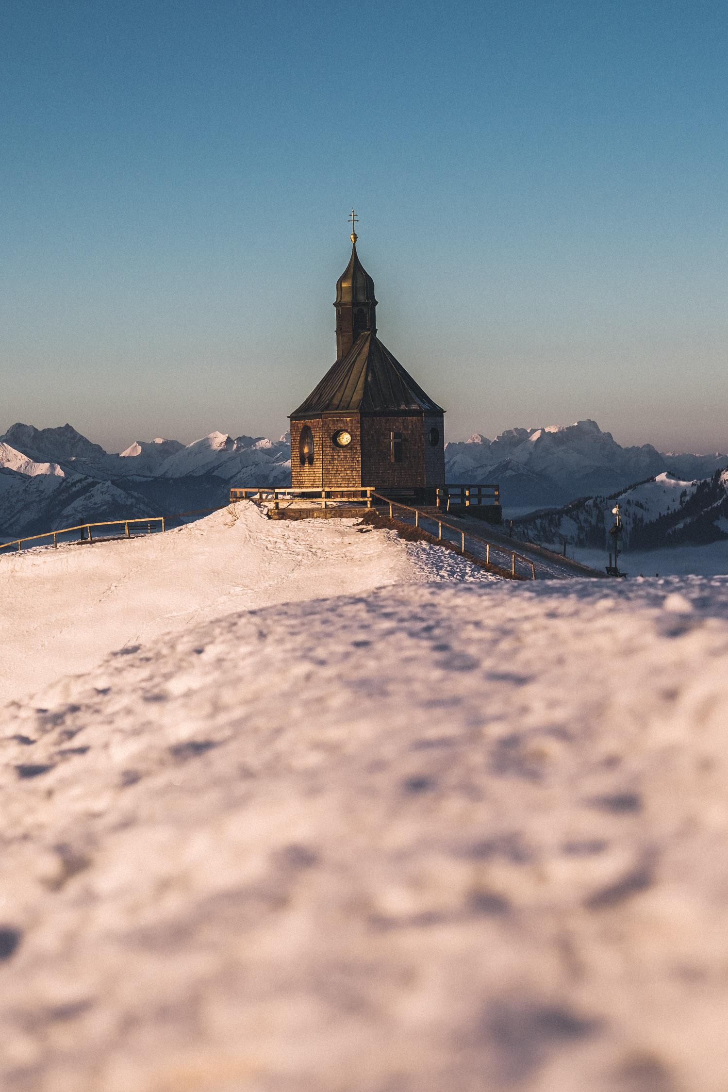 Die Kapelle am Wallberg wird in sanften Morgenlicht getaucht.