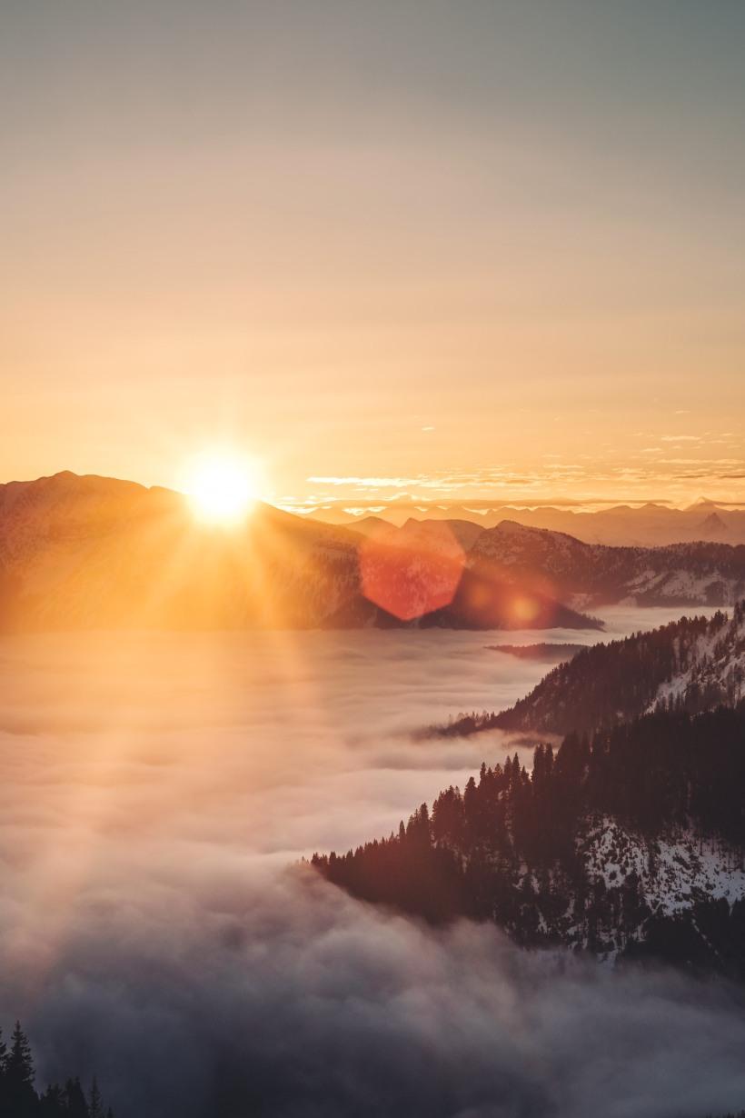 Die aufgehende Sonnen über den Bergen.