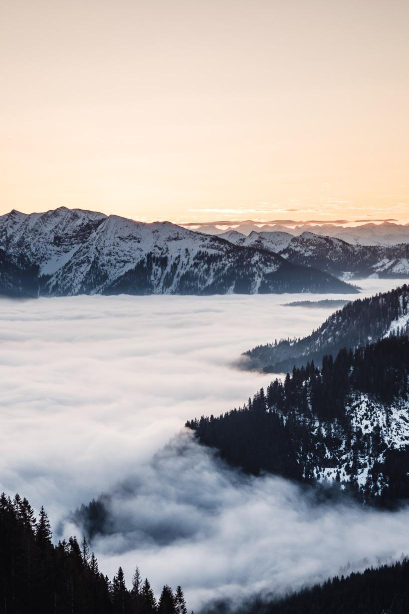 Der Himmel erstrahlt schon im warmen Licht der aufgehenden Sonne. In einigen Minuten ging sie über den Bergen auf.