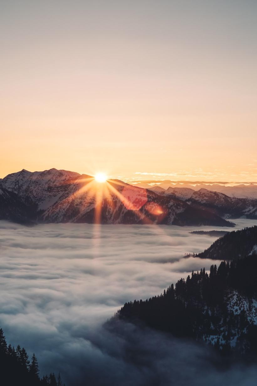Die Sonne steigt über die Berge. Der Startschuss für eine unglaubliche Vielzahl an Motiven.