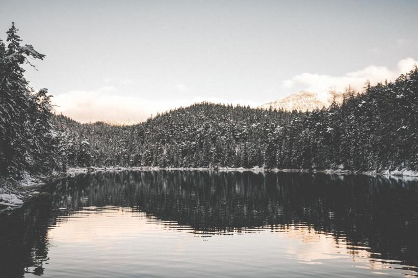 Die Sonne erhellt die Berge rund um den Eibsee.