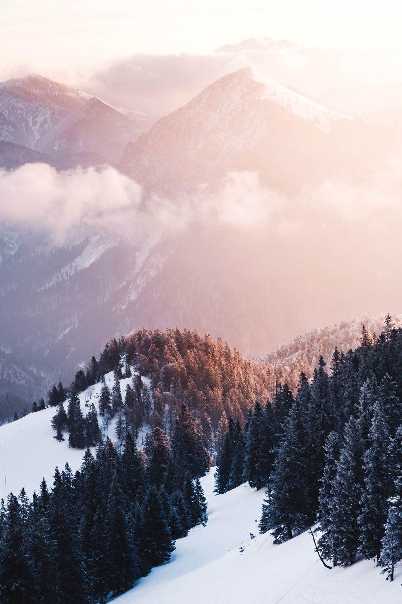 Die aufgehende Sonne taucht die Flanken der Berge in wundervolles und weiches Licht.
