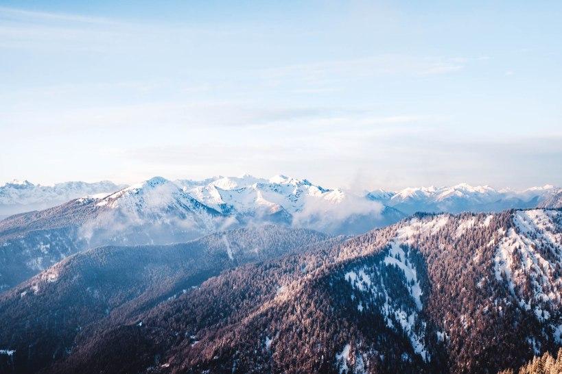 Der Blick über das morgendliche Alpenpanorama mit seine unzähligen Gipfeln und Tälern.