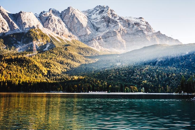 Im Oktober geht es wieder über die Grenze nach Bayern und an den Eibsee direkt unter der Zugspitze. Das Laub der Bäume verfärbt sich langsam und auf knapp 3000 Metern liegt bereits der erste Schnee.