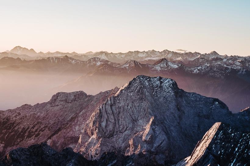 Im November geht es noch einmal auf den Gipfel der Zugspitze mit einem wunderschönen Blick über die Alpenketten im Morgenlicht.