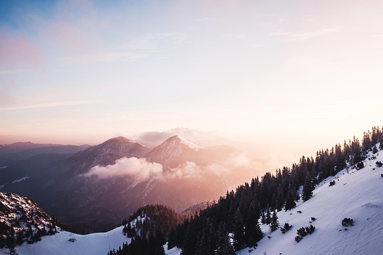 Den Abschluss bildet ein Wintermorgen am Herzogstand mit Blick auf den gegenüber liegenden Jochberg.