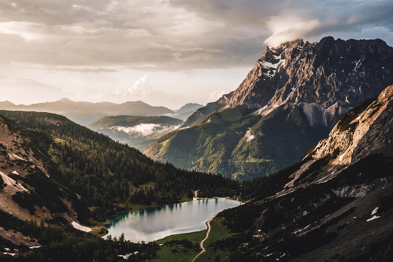 April-Blick-von-der-Coburger-Hütte-zur-Zugspitze
